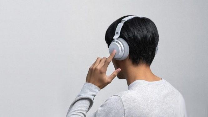 Surface noise canceling headphones