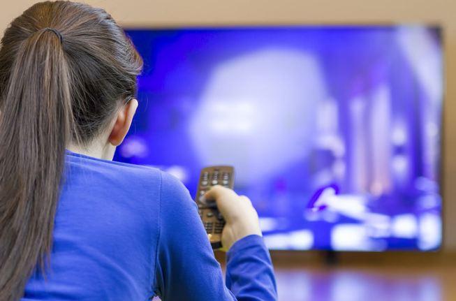 βλέποντας τις τηλεοράσεις