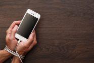 Играње паметних телефона пред децом једнако је штетно као и пушење у употреби