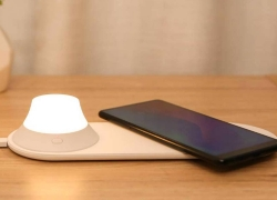 €16 with coupon for Xiaomi Yeelight Wireless Charger with LED Night Light Magnetic Attraction Fast Charging For iPhone Samsung Huawei Xiaomi Phone from BANGGOOD